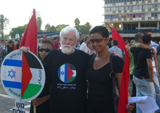 Uri Avnery at a Hadash rally against the 2006 Lebanon War