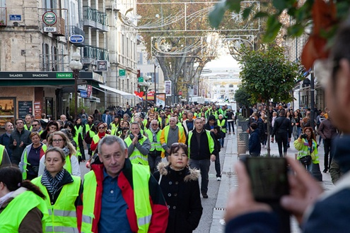 gilets jaunes marching in the street